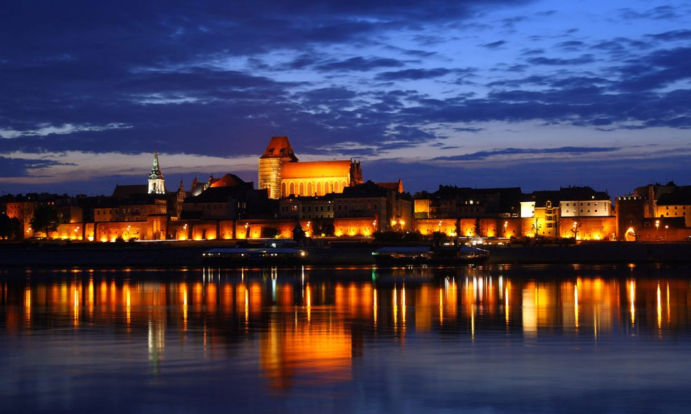 1280px-Toruń_-_Old_Town_by_night_01-1000x600.jpg